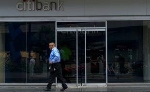 Un homme passe devant un établissement de la Citibank à Caracas, le 12 juillet 2016