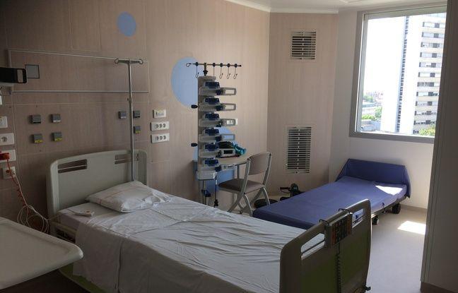 Dans les nouvelles chambres, un lit est prévu pour qu'un des parents puisse rester dormir auprès de son enfant.