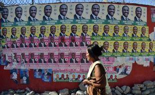 Des affiches du candidat du pouvoir Jovenel Moïse et de celui de l'opposition, Jude Célestin, le 6 novembre 2015 à Port-au-Prince
