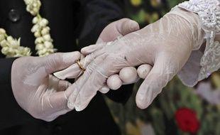Un mariage avec des gants pour prévenir la propagation du coronavirus, le 19 juin 2020.