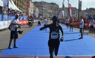 Bellor Yator, vainqueur du marathon 2014 de Marseille, à l'arrivée, dimanche 14 septembre.