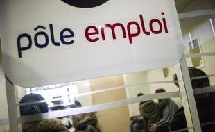 """Face à la hausse continue du chômage depuis près de deux ans, le gouvernement écarte toute """"résignation"""" alors que le nombre d'inscrits à Pôle emploi en février, attendu à 18H00, pourrait établir un nouveau record après le pic de 1997 (3,195 millions)."""