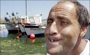 Le champion du monde du cracher de bigorneau, Alain Jourdren, a conservé son titre dimanche à Moguériec, près de Roscoff (Finistère), avec un jet à 10,21 mètres, tandis que son fils assurait la relève dans la catégorie adolescent, ont indiqué les organisateurs.