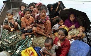 Des migrants Birmans dans un bateau en direction du Bangladesh