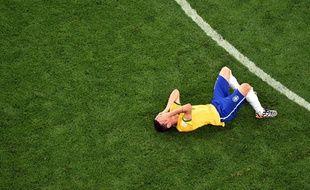 Un joueur brésilien au sol après la défaite face à l'Allemagne, le 8 juillet 2014