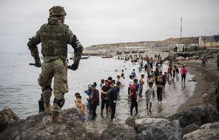 L'armée espagnole délimite la zone à la frontière du Maroc et de l'Espagne, dans l'enclave espagnole de Ceuta, le 18 mai 2021.