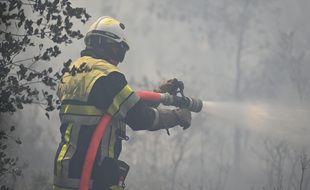 Un pompier luttant contre un feu de forêt (illustration).