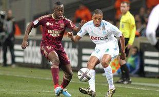 Le Lyonnais Aly Cissokho face au Marseillais Loïc Rémy, le 19 décembre 2010, à Marseille.
