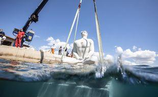 Une neuvième statue a été immergée dans le musée subaquatique de Marseille