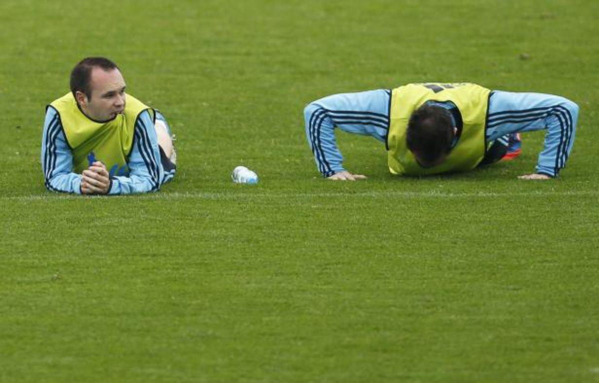Andres Iniesta et Juanfran lors d'un entraînnement de l'Espagne, le 8 juin à Gniewino (Pologne). – J.Medina / REUTERS