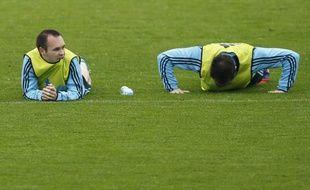 Andres Iniesta et Juanfran lors d'un entraînnement de l'Espagne, le 8 juin à Gniewino (Pologne).