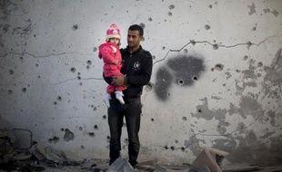 Cinq Palestiniens, quatre enfants et une femme, ont été blessés dans la nuit de mercredi à jeudi lors de plusieurs frappes aériennes israéliennes sur la bande de Gaza en réponse à des tirs de roquettes, selon des sources palestiniennes et israéliennes.