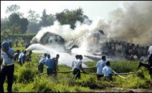 Un Boeing 737 s'est enflammé en ratant son atterrissage mercredi dans la ville indonésienne de Yogyakarta, faisant au moins 49 morts et des dizaines de blessés.