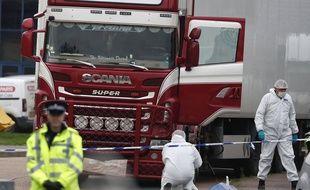 Des policiers devant le lieu où avait été retrouvé le camion, en octobre 2019 à Grays, près de Londres.