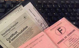 Un permis de conduire et une carte grise. (Illustration)