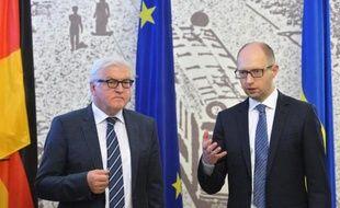 Le chef de la diplomatie allemande Frank-Walter Steinmeier en compagnie du Premier ministre ukrainien Arseni Iatseniouk, le 13 mai 2014 à Kiev