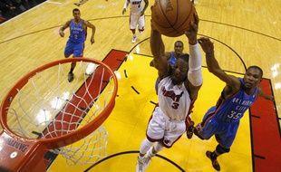 Dwyane Wade, joueur de Miami, marque lors du match 3 de la finale NBA contre le Thunder d'Oklahoma.