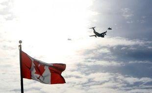 Un avion volant au dessus du drapeau du Canada, à Ottawa le 18 mars 2014