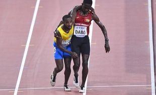 Mondiaux d'athlétisme: épuisé, un coureur du 5.000 m finit sa course soutenu par un concurrent