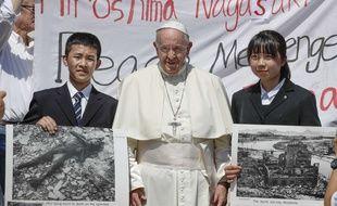 Le pape François pose avec deux lycéens japonais venus d'Hiroshima et de Nagasaki, au Vatican le 19 juin 2019.