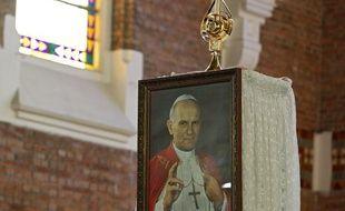 Un portrait de Jean-Paul II, lors d'une messe pour l'installation d'une relique de Saint Jean-Paul II en l'église polonaise Notre Dame des mineurs, à Waziers (Nord) le 4 mai 2014.