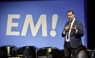 Le ministre Christophe Castaner devant un panneau avec le logo En Marche! le 29 septembre 2018 à Rennes
