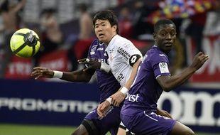 Le Dijonnais Kwon face au Toulousain Gradel, lors du match de Ligue 1 au Stadium de Toulouse, le 7 avril 2018.