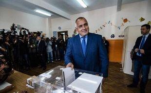 L'ex-Premier ministre Boïko Borissov dépose son bulletin dans l'urne, le 5 octobre 2014 à Sofia