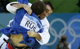 Le judoka Benjamin Darbelet (en blanc) lors de son combat face au Russe Alim Gadanov en quart de finale du tournoi des moins de 66 kilos des JO de Pékin, dimanche 10 août 2008.