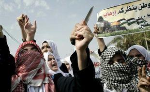 Des étudiants palestiniens manifestent contre Israël dans la bande de Gaza, à Khan Yunis, le 18 octobre 2015