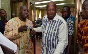 """Des chefs de l'opposition burkinabè, Zephirin Diabre (g) et Rock Marc Kabore, lors des négociations sur la charte de la transition"""", le 8 novembre 2014 à Ouagadougou"""