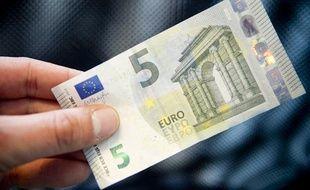 Le nouveau billet de 5 euros a été mis en circulation le 2 mai 2013.