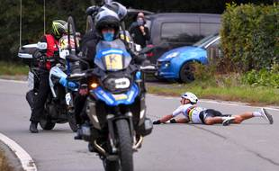 Julian Alaphilippe chute lors du Tour des Flandres, le 18 octobre 2020.