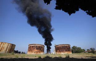 Les pompiers travaillent à éteindre un incendie dans une installation pétrolière de la ville méridionale de Zahrani, au Liban, le 11 octobre 2021.