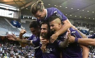 Jimmy Durmaz (barbu) félicité par des coéquipiers du TFC après son but vainqueur contre Montpellier en Ligue 1, le 12 août 2017 au Stadium de Toulouse.