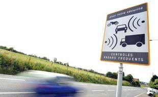 """Le ministre de l'Intérieur Manuel Valls a annoncé mardi l'expérimentation cette année dans """"quelques départements"""" de la limitation de la vitesse à 80 km/h sur le réseau secondaire, actuellement à 90 km/h."""