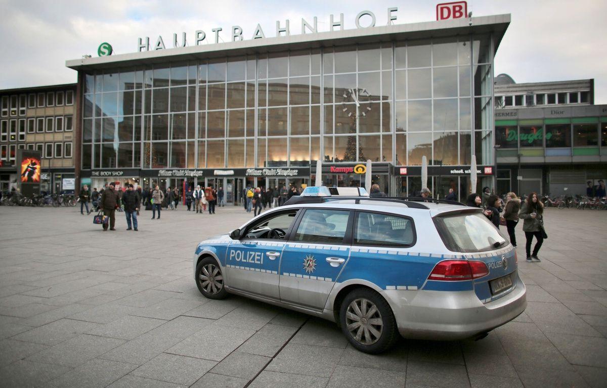 Une voiture de police patrouille le 5 janvier devant la gare de Cologne en Allemagne.  – OLIVER BERG / DPA / AFP