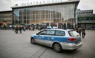 Une voiture de police patrouille le 5 janvier devant la gare de Cologne en Allemagne.