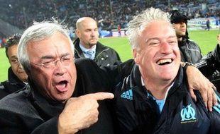 Le président de Marseille Jean-Claude Dassier (à g.) et l'entraîneur Didier Deschamps euphoriques lors du sacre de l'OM en championnat, le 5 mai 2010 au Stade Vélodrome.