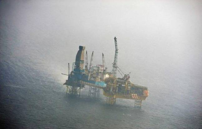 La plateforme d'Elgin, en mer du Nord, photographiée par Greenpeace le 29 mars 2012, trois jours après le début de la fuite de gaz.