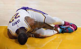 Le joueur des Lakers, LeBron James, à terre après s'être fait une entorse à la cheville droite, lors du match perdu contre Atlanta, le 20 mars 2021 à Los Angeles.