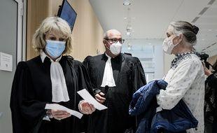 L'avocate Martine Verdier (à gauche) discute avec Irène Frachon devant la salle d'audience où se tient le procès du scandale sanitaire du Mediator.