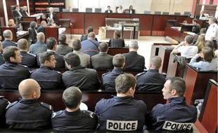 La moitié de la salle était réservée aux 90 policiers victimes des échauffourées.