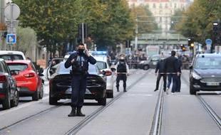 Intervention de police après un attaque au couteau à la basilique Notre-Dame de Nice, qui a fait au moins deux morts.