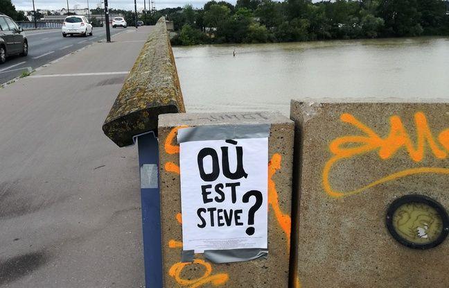 Une affiche «Où est Steve?» sur le pont des Trois-Continents à Nantes.