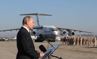Le président Vladimir Poutine en visite sur la base de Hmeimim, le 11 décembre 2017.