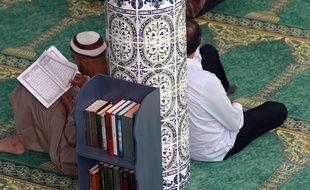 Des musulmans qui prient dans la grande mosquée de Paris.