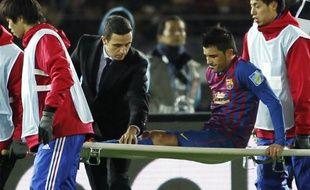 L'attaquant de Barcelone,David Villa sort une civière, le 15 décembre 2011 à Yokohoma.