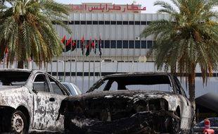 Des véhicules calcinés devant l'aéroport international de Tripoli, en Libye, le 14 juillet 2014, après l'attaque menée par des milices islamistes.