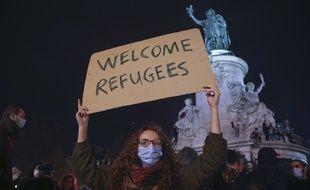 Une pancarte et une manifestante cette semaine place de la République à Paris.
